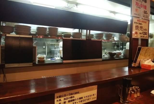 厨房とその前にあるカウンター。