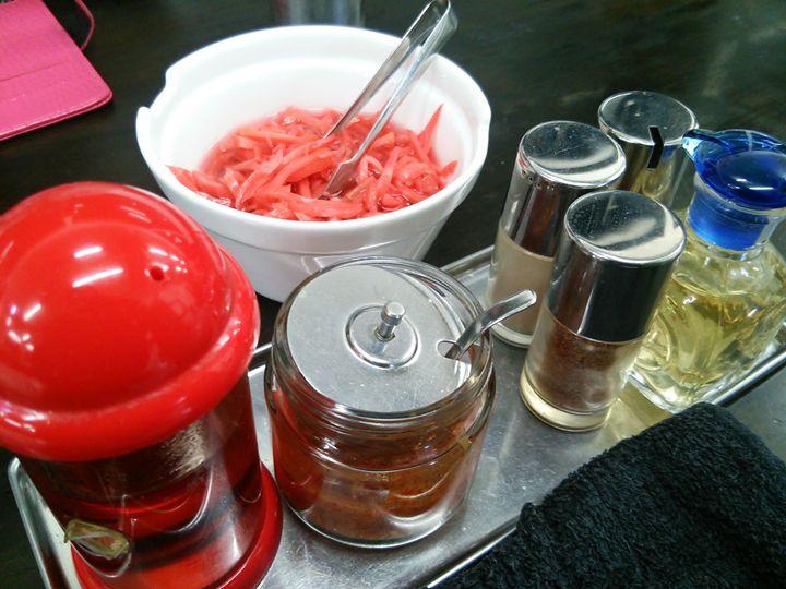 まるしんの卓上調味料たち。紅ショウガや辛みにんにく、ラー油もあり。