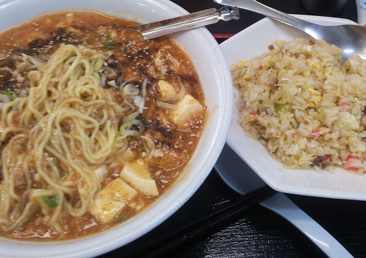 まるしんの汁なし麻婆麺と半チャーハンのセット
