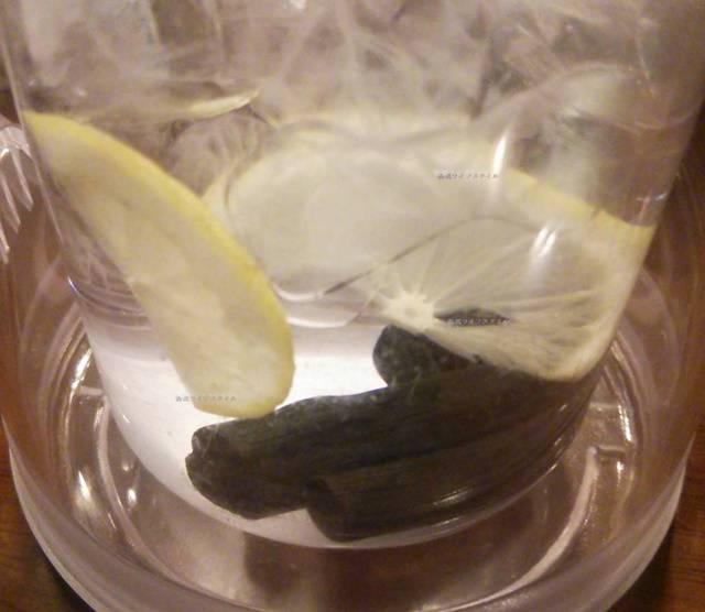 OGIKAWA山木戸店のレモンスライスと炭が入ったお水のピッチャー
