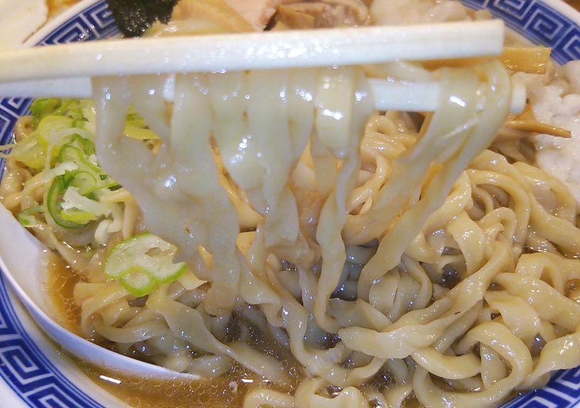 八ちゃんラーメンの麺を箸で持ち上げた画像