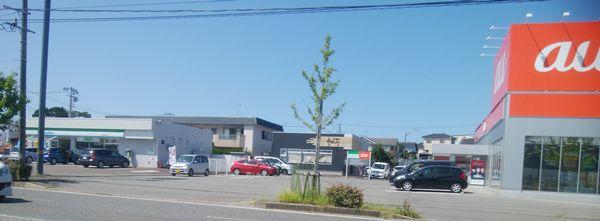 愛心(河渡本店)が中央、左はファミマ、右にau