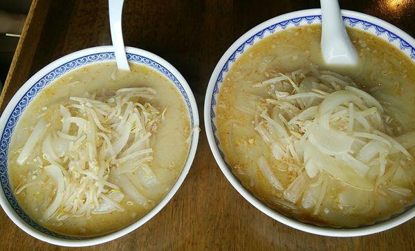 食堂ミサ(道の駅あらい)の味噌ラーメン並と味噌ラーメン大を並べた図