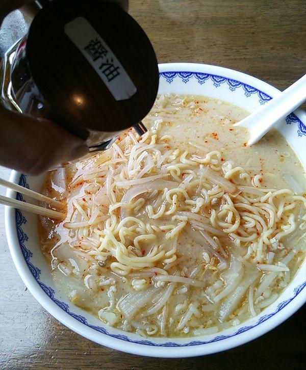 食堂ミサ(道の駅あらい)の味噌ラーメンに醤油を入れる