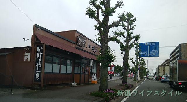 いけやす亭の外観。奥にはかっぱ寿司逢谷内店