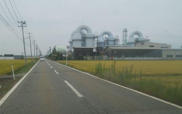 新田清掃センターへ向かう途中の巨大なパイプのある施設