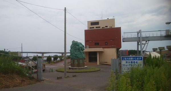 新川河口排水機場の前からモニュメント方向を見た図