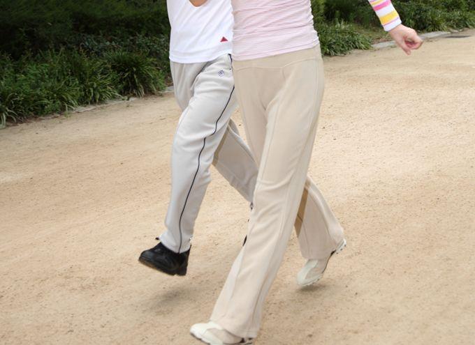 ウォーキングをする年配の夫婦