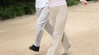 ウォーキングをする年配の夫婦の小さい画像