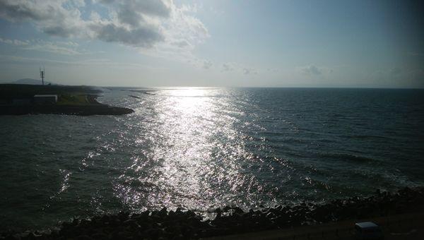 関分記念公園の展望台から海に太陽が移った姿を見る