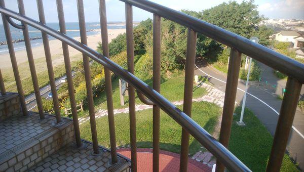 日和山展望台の階段の手すり越しに地上が見える