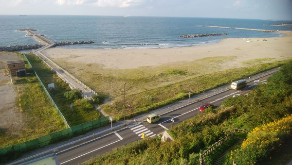 日和山展望台から正面の海を臨む