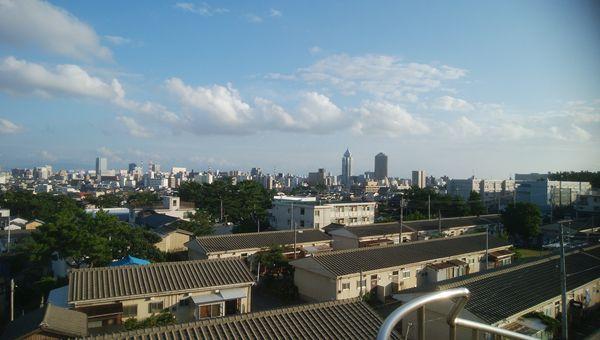 日和山展望台から街の方を望む。中央にはNEXT21が見える