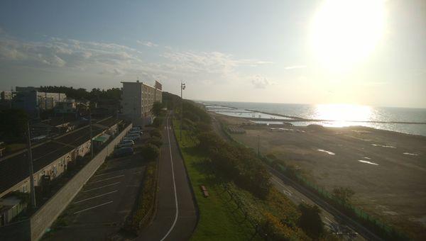 日和山展望台から左方向を望む。海と市営住宅が見える