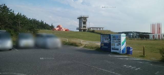 関分記念公園の駐車場から展望台を望む