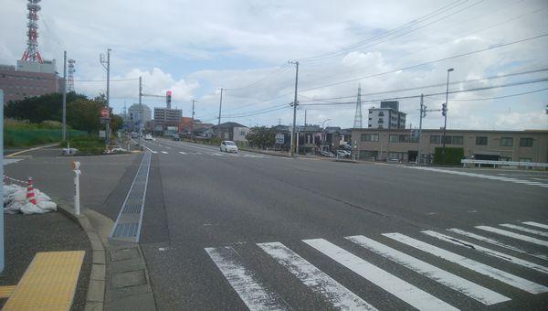 鳥屋野二と網川原の交差点の間にある十字路から県庁方向を望む