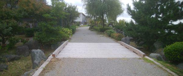 美咲町の遊歩道の木の橋