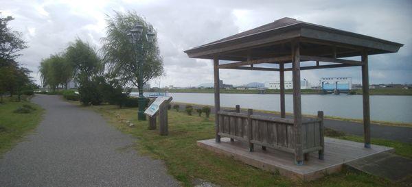 美咲町の遊歩道の屋根付きの休憩所
