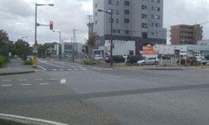 美咲町の交差点から住宅街を望む