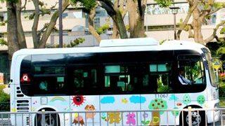 停車しているお絵かきバスの小さい画像