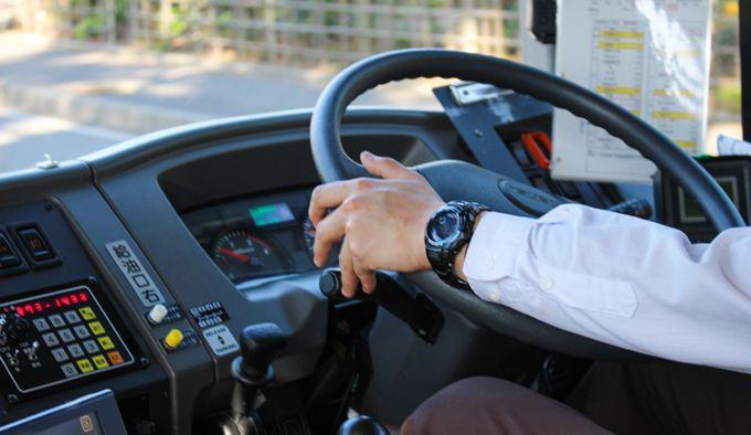 運転しているバスの運転手さん