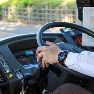 運転しているバスの運転手さんの小さい画像