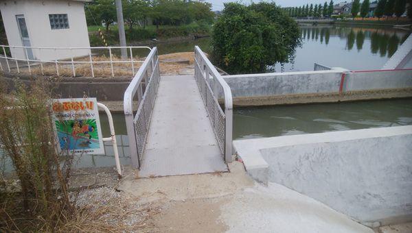 新川の中洲へ向かう小橋