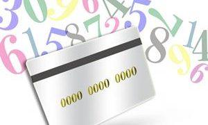 番号が書かれたカードと空中に浮かぶカラフルな数字の小さい画像