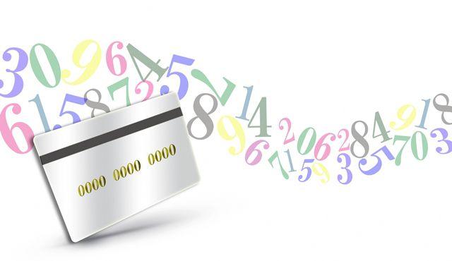 番号が書かれたカードと空中に浮かぶカラフルな数字