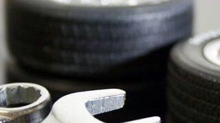 積まれたタイヤとスパナの小さい画像