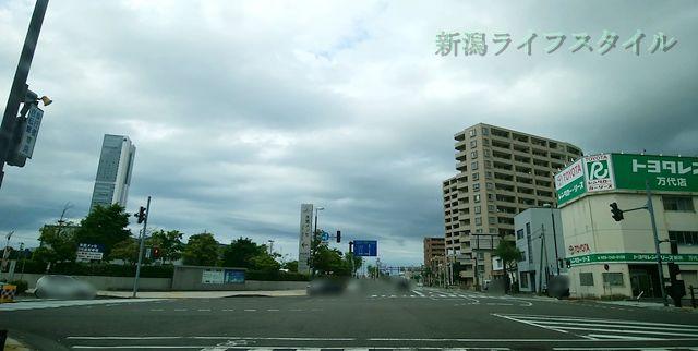 万代シティ側から柳都大橋の交差点に差し掛かる