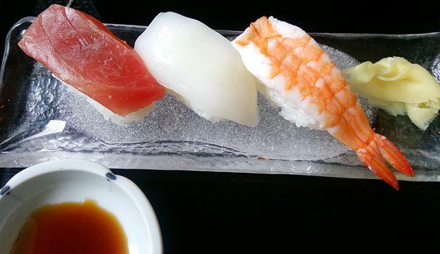 ほうせい丸の天ぷら茶そばセットの寿司のアップ