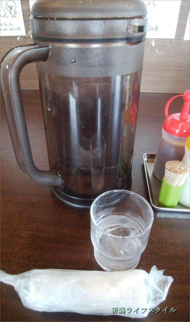 吉田屋のお水とおしぼり。