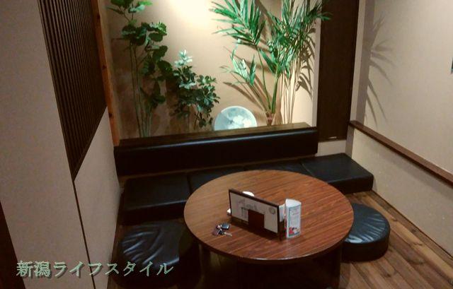 鮭山マス男商店の個室左側。