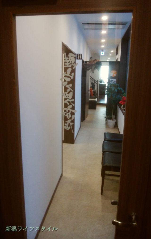 鮭山マス男商店のトイレに向かう通路