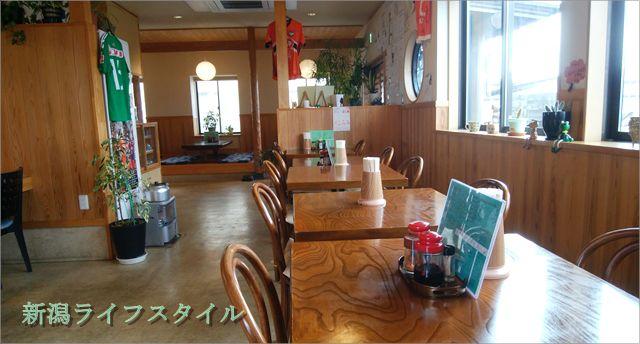 太和良食堂のテーブル席と奥の座敷