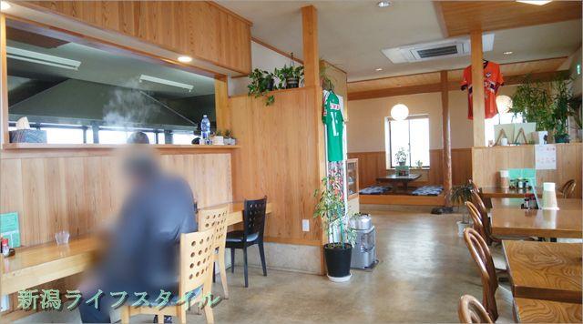 太和良食堂のカウンター席と少し見える調理場