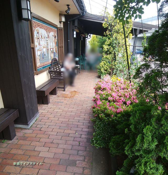 サフラン女池店の屋外イートインスペース