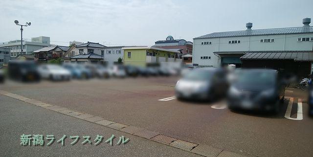 サフラン女池店の駐車場