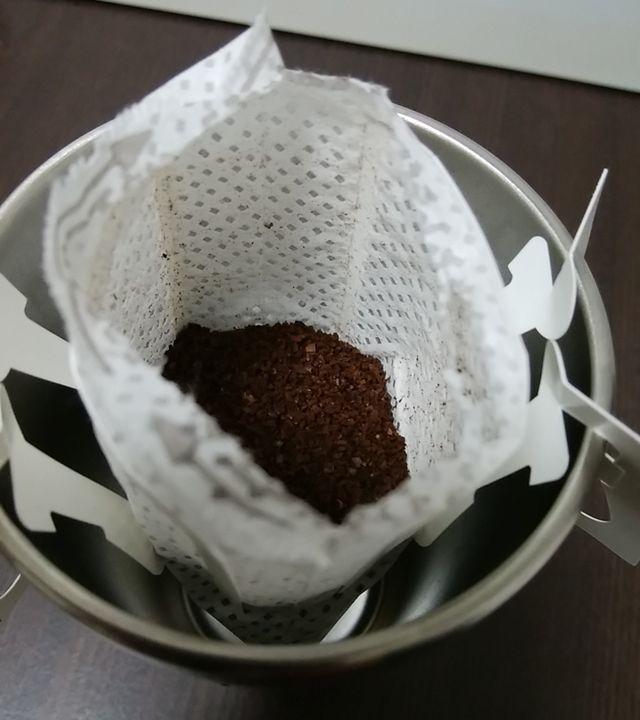炭焼きブレンドの紙パックの最上部を切り取って口が開いた状態。中のコーヒーが見えている