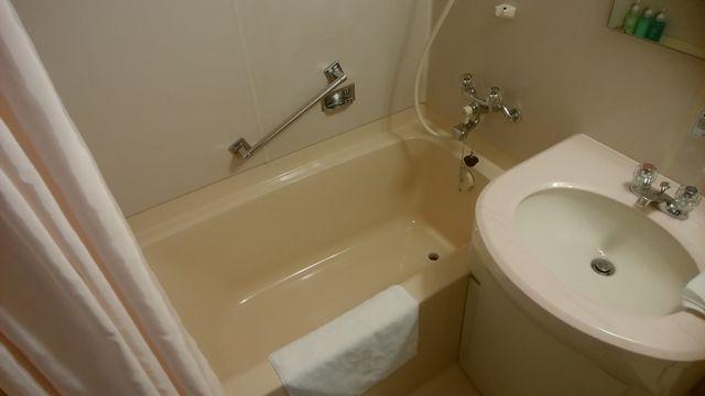 じゅらくステイ新潟の浴槽と洗面台