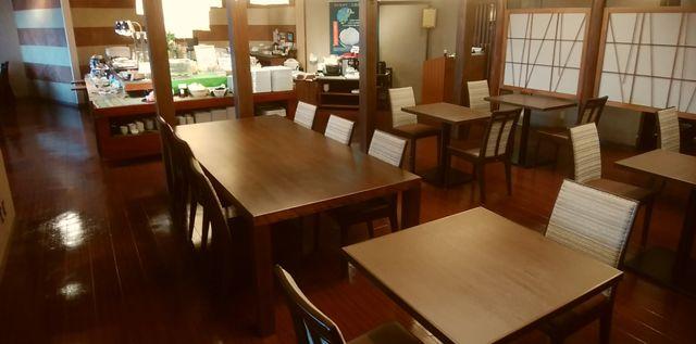 じゅらくステイ新潟の食道のテーブル