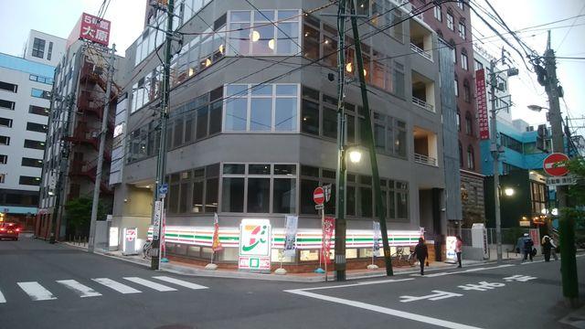 新潟駅前の半地下セブンイレブンの外観