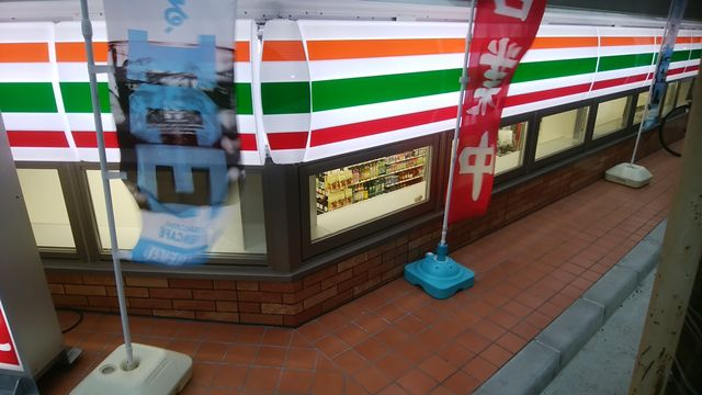 新潟駅前の半地下セブンイレブン。窓ガラスがかなり低い
