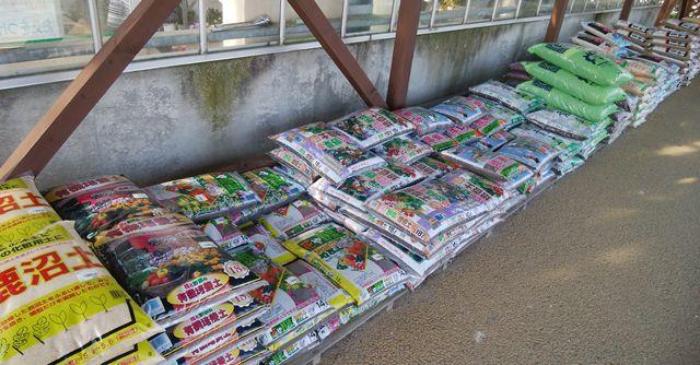 道の駅花夢里にいつのには土や肥料なども売っている。