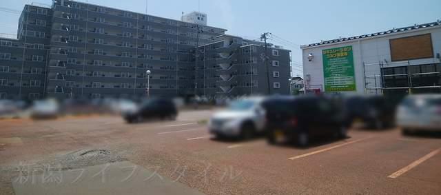 味勲拉のお店前の共用の駐車場