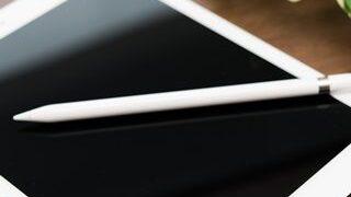 机に置かれた白いタブレットと白いペンの小さい画像