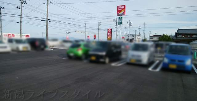 ツルハドラッグ巻店の駐車場