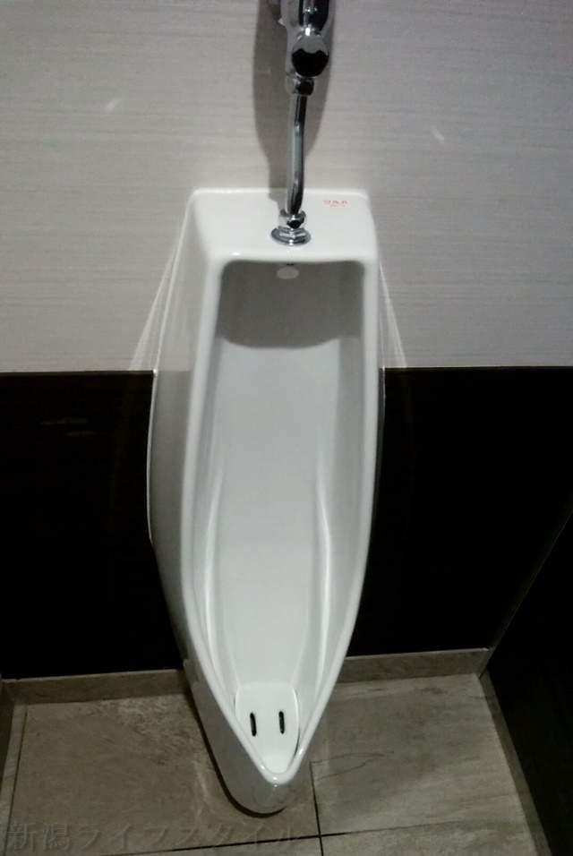 ツルハドラッグ新潟巻店のトイレの小便器