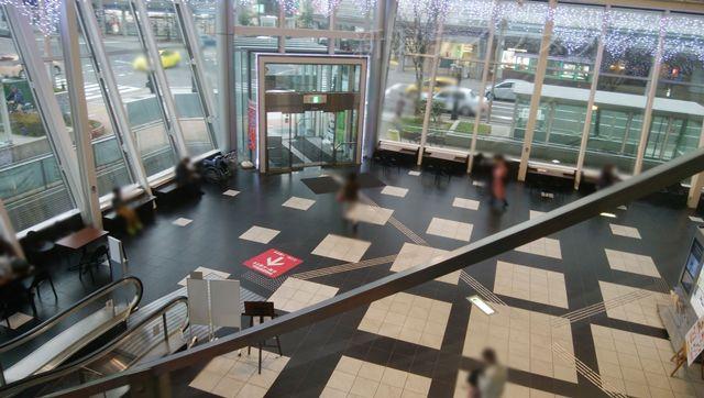 NEXT21の1階から2階へ上がるエスカレーターから1階を見る
